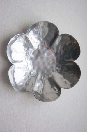 Lysfad. Blomsterformet fad. Blomsterfad i sølv. Sølvfarvet fad.