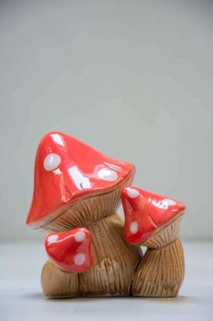 Havepynt. Paddehat af keramik. Tredobbelt fluesvamp. Rød fluesvamp i keramik. Havefigur.