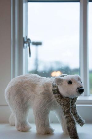 Stor isbjørn med halstørklæde. Isbjørn til pynt. Isbjørn med glimmer i pelsen.