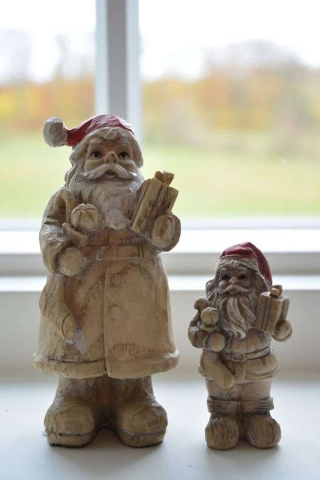 Julemand med julegave. Julemand i træ. Nostalgisk nissemand. Julemand 2019. Julepynt 2019