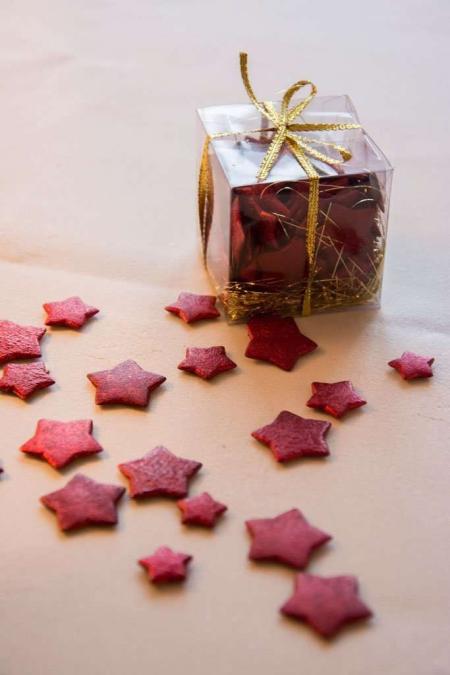 Æske med røde stjerner. Røde dekostjerner. Stjerner til bordpynt. Lille rød stjerne.