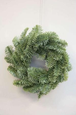Kunstig grankrans til dekoration. Krans af kunstig gran. Dørkrans til jul.