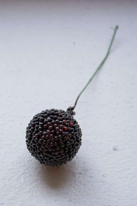 Mørkerøde dekorationsbær. Mørkerødt dekobær. Kugle på pind til dekoration