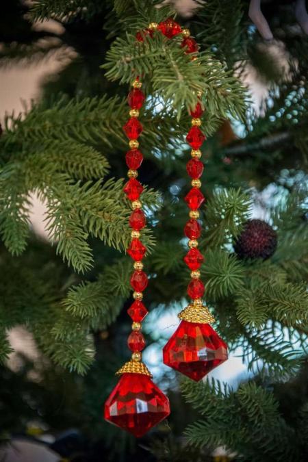 Rød perleranke. Julepynt til juletræet. Rød og guld julepynt. Juleranke med guld.