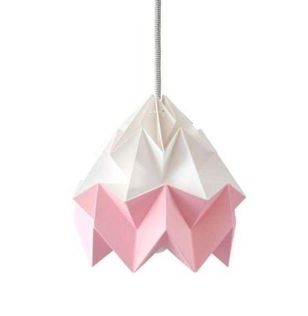 Snowpuppe Moth papirlampe i lyserød og hvid. Origamilampe i rosa og hvid.