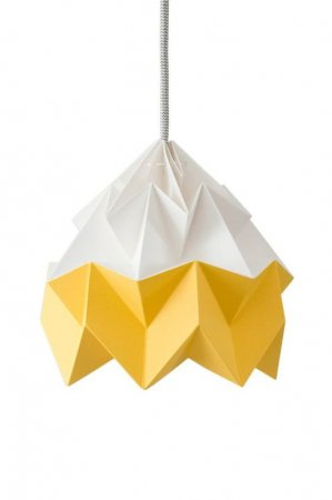Snowpuppe Moth papirlampe i hvid og gul. Origamilampe i gul og hvid
