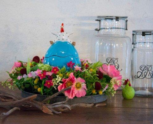 Påskedekoration med blåt bonbonniere påskeæg