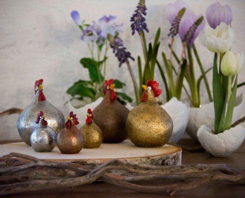 Påskedekoration med guld, kobber og sølv påskekyllinger