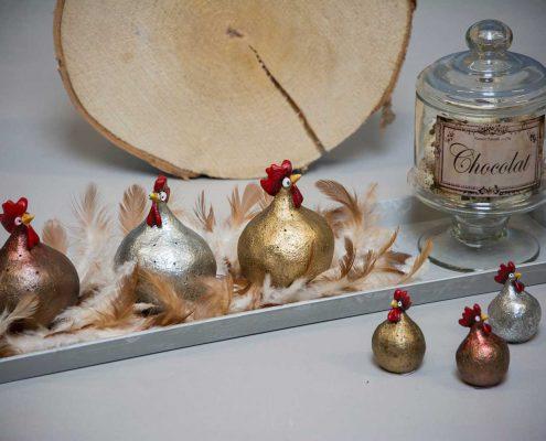 Påskedekoration med påskekyllinger i sølv, guld og kobber