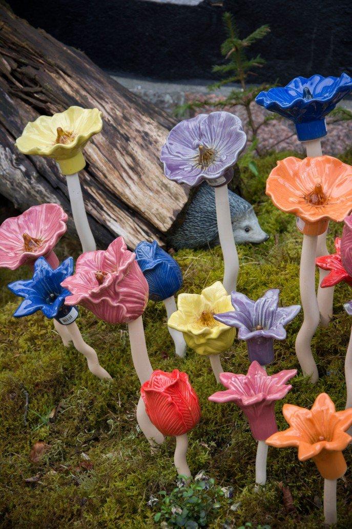 Pynt til haven - flotte keramik blomster på pind