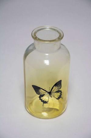Gul glasvase med sommerfugl