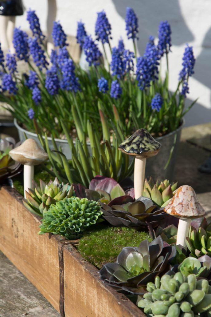 Pynt til haven - indisk murstensform med husløg og keramik svampe