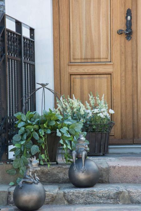Pynt til haven og hoveddøren - havekrukker af jern og frøer på kugle