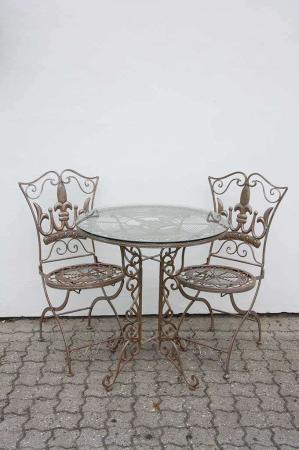 Romantisk cafesæt i jern. Udendørs cafesæt i antiklook. Jernstol og jernbord. Havebord i jern. Havestol i jern.