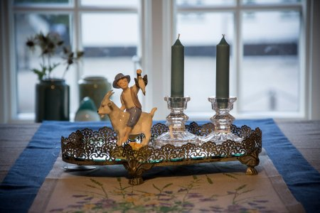 Spejlbakke med glaslysestager og klodshans figur