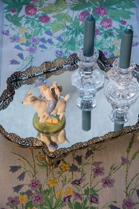 Spejlbakke med lysestager og porcelænsfigur