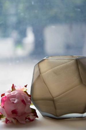 Kubisk fyrfadsstage i slebet glas