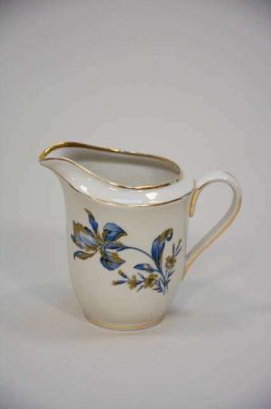 Gammel flødekande med guldkant og blå blomst
