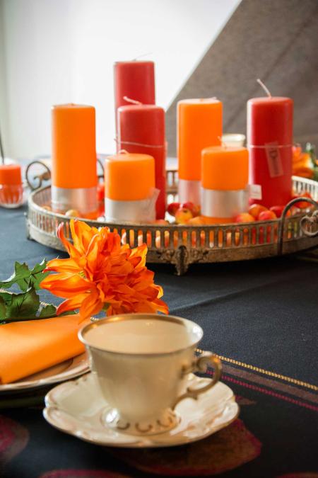 Efterårs bordopdækning i orange farver