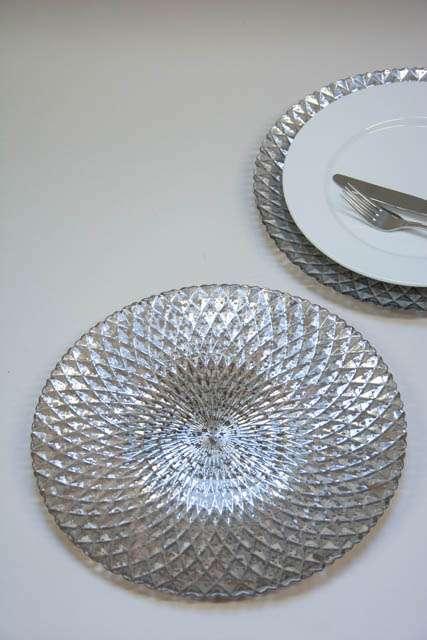 Dækketallerken i sølvlook. Sølvfarvet dækketallerken. Sølvfarvet fad