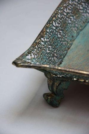 Metal fad med fin ornamenteret kant