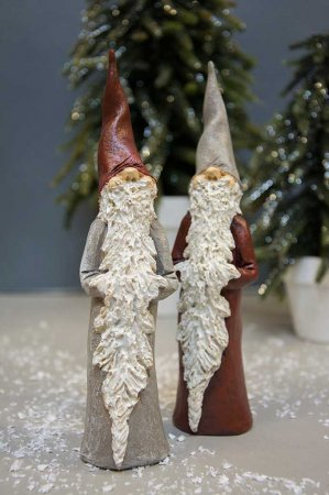 Julepynt i keramik. Rød og grå nisse i keramik. Julepynt i keramik.