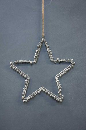 Julepynt i sølv. Sølvstjerne med små sølvklokker. Julepynt med klokker og bjælder.