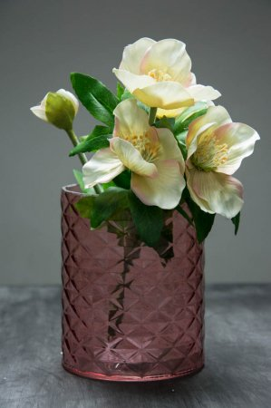 Lysrød glasvase med mønster