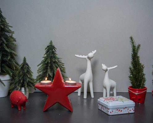 Juledekoration 2019. Julepynt med rødt tema. Rødt julepynt med stjerner og hjorte.
