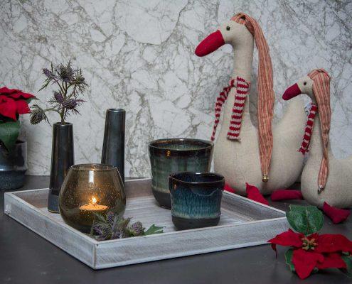 Juledekoration 2019. Julepynt med farvet glas og julepynt i stof.