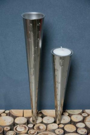Sølvfarvede spyd til fyrfadslys. Holdere til fyrfadslys. Lysholdere til fyrfad. Sølvholder til fyrfadslys. Lysholdere i sølv.