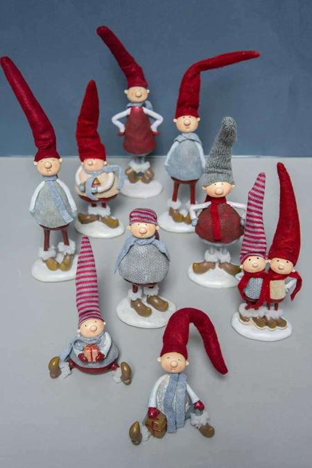Nissefigur - 2019. Julenisse med nissehue i filt. Julepynt i filt og strik. Rød nissehue og nisse. Nissemand med halstørklæde. Julefigur af nisse. Julenissemand.