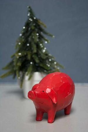 Rød julegris i træ. Julepynt i træ. Rødt julepynt. Rødt juletema. Julegris i rødt træ. Rødt julepynt.