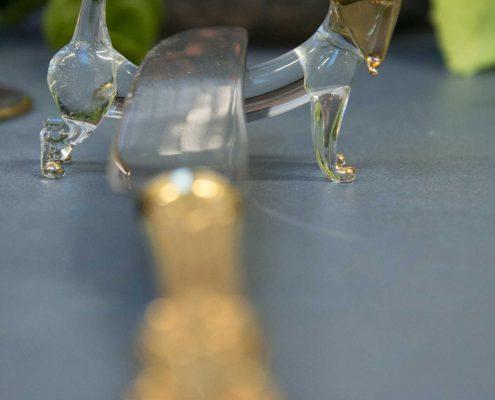 Glas gravhund med guld øre