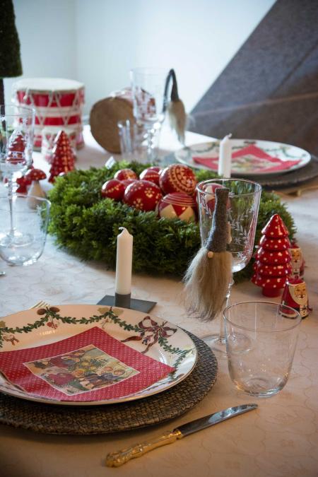 inspiration-til-julebordet-pyntet-med-roede-julekugler
