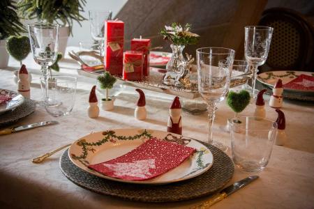 julebord-med-julenisser-og-juletallerkener