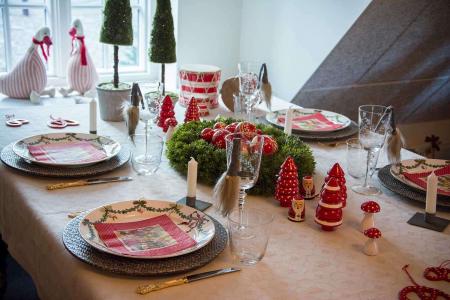 julebord-med-juletallerkener-og-julepynt