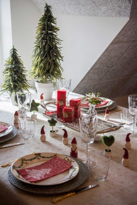 julebord-pyntet-med-nisser-juletraeer-og-juletallerkener