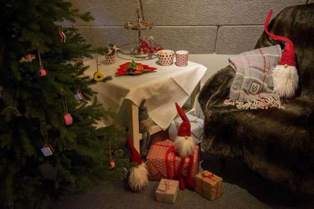 Julehygge med slikskål, juletræspynt og uldtæppe