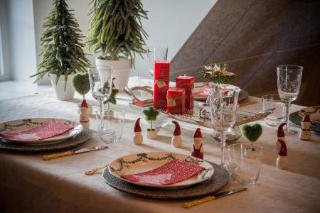 klassisk-julebord-pyntet-med-roede-julenisser-og-smaa-traeer