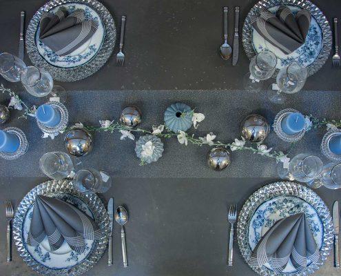 Nytårsbord 2019. Nytårsbord 2019. Guld og blomster i borddækningen. Inspiration til nytårsbordet. Gråt nytårstema. Sølvfarvet nytårstema.