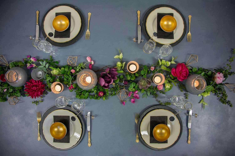 Nytårsbord 2019. Guld og blomster i borddækningen. Inspiration til nytårsbordet.