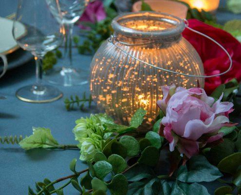 Nytårsbord 2019. Nytårsbord 2019. Guld og blomster i borddækningen. Inspiration til nytårsbordet. Bordpynt til nytårsbordet.