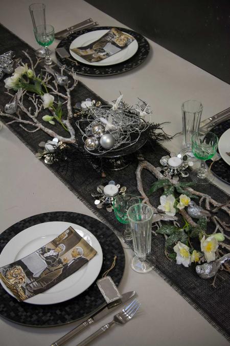 Nytårsbord 2019. Nytårsbord 2019. Guld og blomster i borddækningen. Inspiration til nytårsbordet. Gråt nytårstema. Sort og sølvfarvet nytårstema.