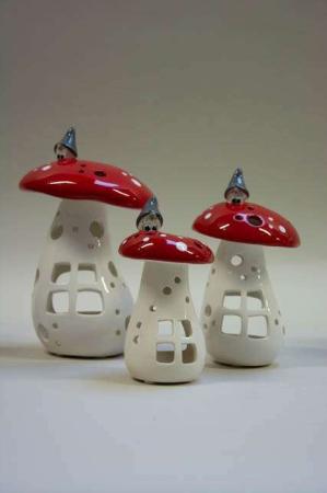 Røde svampe lygter med lys fra Nääsgränsgården