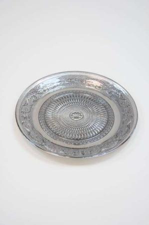 Sølv fad af glas med flot mønster