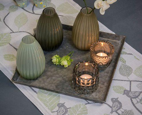 Økologisk bordløber med fugle og grønne blade