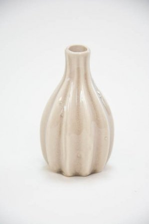 Lille sandfarvet keramik vase med riller