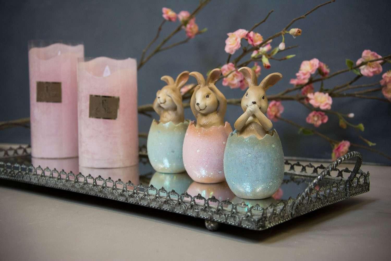 Påskedekorationer - spejlbakke med påskeharer i påskeæg samt lyserøde LED bloklys