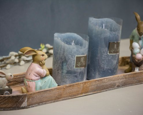 Påske dekoration - træbakke med blå LED lys og påskeharer